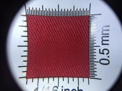 Zdjęcie przedstawia art. 1105U, elanobawełna (80% poliester, 20% poliester, gramatura 240 g/m2, szerokość 150 cm) w kolorze czerwonym (nr. 3017) w przybliżeniu, pod lupą.