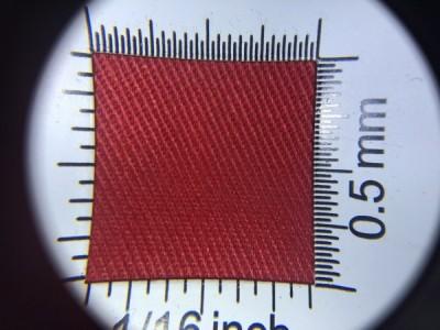Zdjęcie przedstawia art. 1105U, elanobawełna (80% poliester, 20% poliester, gramatura 240 g/m2, szerokość 150 cm) w kolorze czerwonym (nr. 3655) w przybliżeniu, pod lupą.