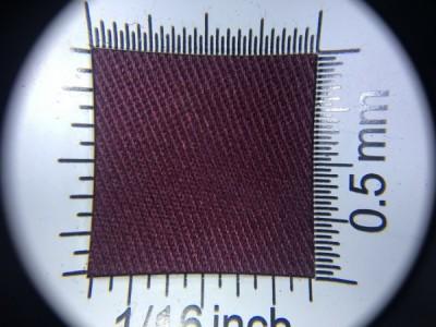 Zdjęcie przedstawia art. 1105U, elanobawełna (80% poliester, 20% poliester, gramatura 240 g/m2, szerokość 150 cm) w kolorze bordowym (nr. 3745) w przybliżeniu, pod lupą.