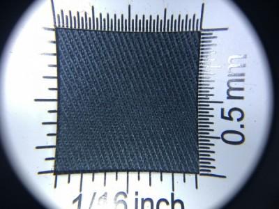 Zdjęcie przedstawia art. 1105U, elanobawełna (80% poliester, 20% poliester, gramatura 240 g/m2, szerokość 150 cm) w kolorze grafitowym (nr. 8686) w przybliżeniu, pod lupą.