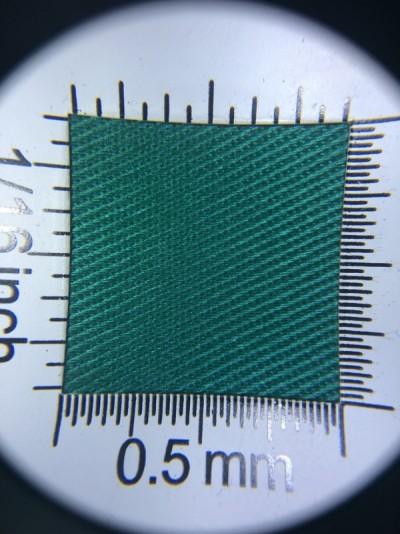 Zdjęcie przedstawia art. 1124EU, elanobawełna (65% poliester, 35% poliester, gramatura 210 g/m2, szerokość 150 cm) w kolorze zielonym (nr. 6028) w przybliżeniu, pod lupą, ukazanie struktury tkaniny.