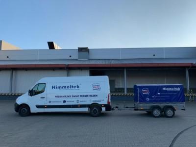 Zdjęcie przedstawiające busa Himmeltek wraz z przyczepką, którymi dostarczane są tkaniny marki Himmeltek.