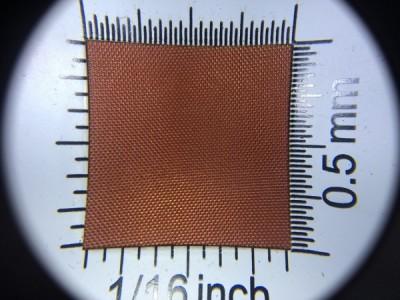 Zdjęcie przedstawia art. L790, która na rynku znana jest jako ortalion, (100% poliester, gramatura 65 g/m2, szerokość 150 cm) w kolorze jasnobrązowym (nr. 2437) w przybliżeniu, pod lupą.