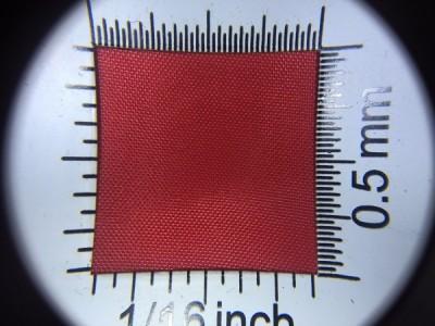 Zdjęcie przedstawia art. L790, która na rynku znana jest jako ortalion, (100% poliester, gramatura 65 g/m2, szerokość 150 cm) w kolorze czerwonym (nr. 3017) w przybliżeniu, pod lupą.