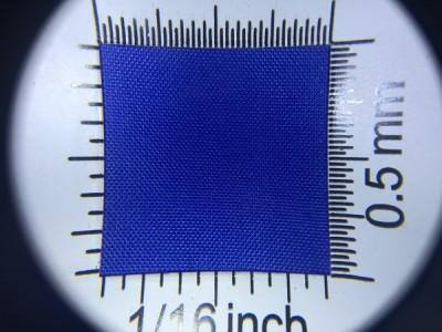 Zdjęcie przedstawia art. L790, która na rynku znana jest jako ortalion, (100% poliester, gramatura 65 g/m2, szerokość 150 cm) w kolorze niebieskim (nr. 5636) w przybliżeniu, pod lupą.