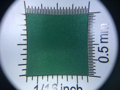 Zdjęcie przedstawia art. L790, która na rynku znana jest jako ortalion, (100% poliester, gramatura 65 g/m2, szerokość 150 cm) w kolorze zielonym (nr. 6553) w przybliżeniu, pod lupą.