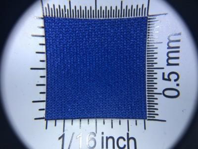 Zdjęcie przedstawia art. PLV6, która na rynku znana jest jako dzianina sportowa, (100% poliester, gramatura 130 g/m2, szerokość 150 cm) w kolorze niebieskim (nr. 5148) w przybliżeniu, pod lupą.