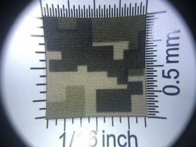 Zdjęcie przedstawia art. SU615 (100% poliester z impregnacją, gramatura 190 g/m2, szerokość 150 cm) we wzorze moro (nr. 421) w przybliżeniu, pod lupą.